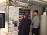 Elektriker und Busprofi bei der Arbeit