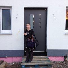 Chrissi vor der neuen Haustür