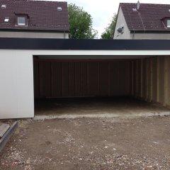 Die fertige Garage mit geöffnetem Tor
