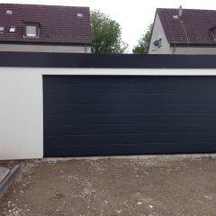 Die fertige Garage mit geschlossenem Tor